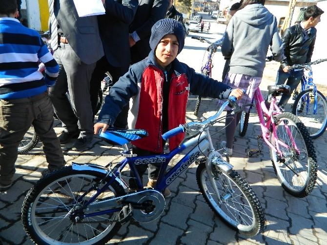 Yetim Ve Öksüz Öğrencilere Bisiklet Hediye Edildi