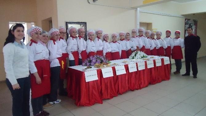 Kız Öğrenciler Mutfakta Yarıştı