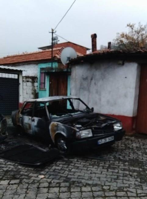 Avşar'da İki Araba Yanarak Hurdaya Döndü