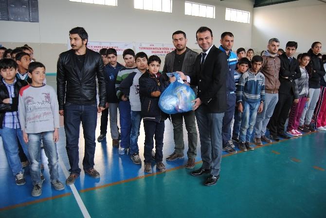 Derik'teki Öğrencilere Spor Malzemeleri Dağıtıldı