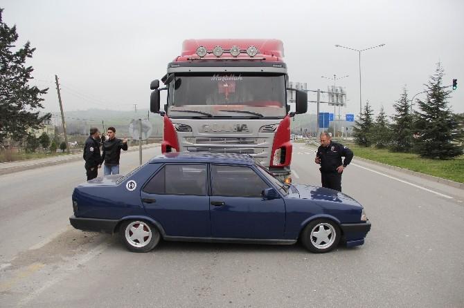 Tır Çarptığı Otomobili 25 Metre Sürükledi