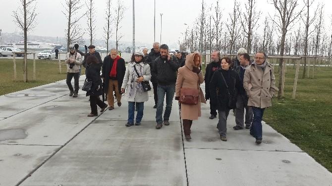 Sanatçılar Yaşar Kemal'in Heykeline Yürüdü