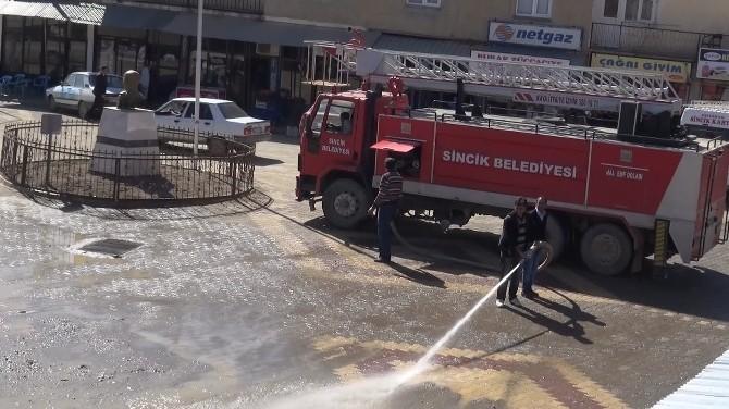 Sincik Belediyesi Caddeleri Yıkıyor