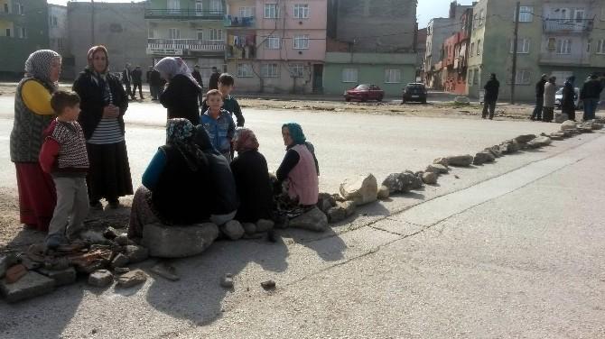 Bursalı Kadınlar İkinci Defa Taşlarla Çevre Yolunu Kapattı