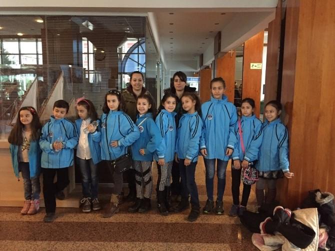 Buz Sporcuları Yusufcuk Oyununu İzledi
