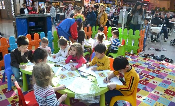 Piazza'da Çocuklar Boyayarak Eğlendi