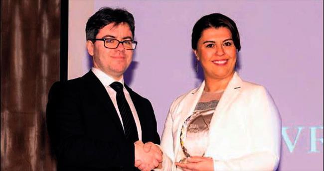 Aras yılın ödülünü Özgecan'a adadı