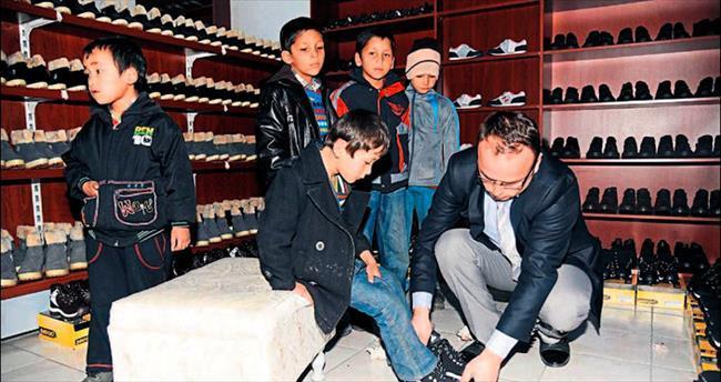 Altınay, Özbek çocuklara yardım elini uzattı