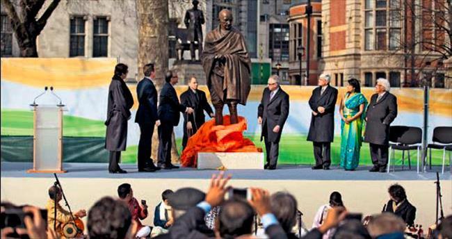 Churchill'in yanına Gandi heykeli