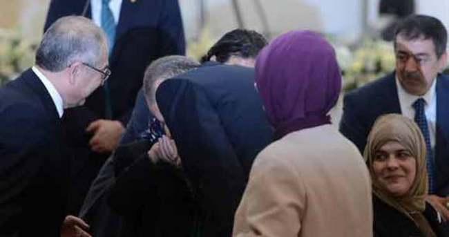 Erdoğan Kadriye ninenin elini öperek protokale davet etti