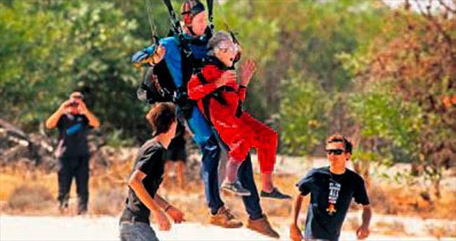 100'üncü yaşında paraşütle atladı