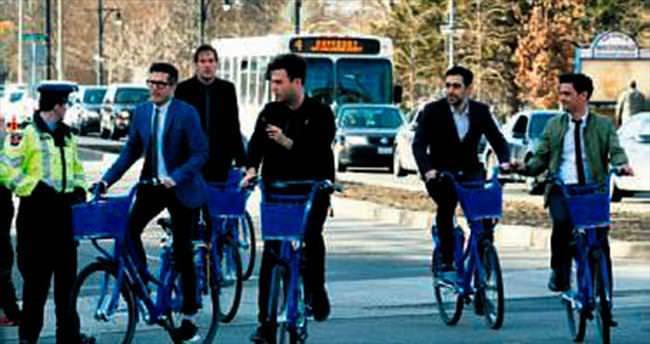 Ödül törenine bisikletle geldiler
