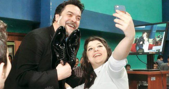 Beyazıt Öztürk'ten ayakkabılı selfie