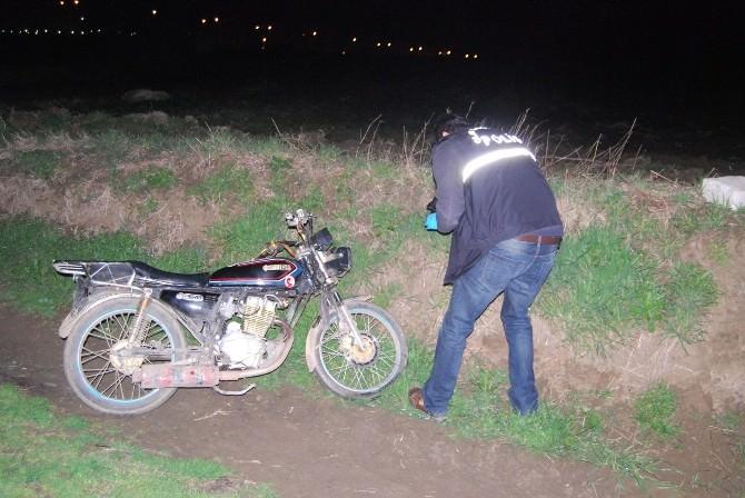 Polis Çalınan Motosikleti Tarlada Buldu