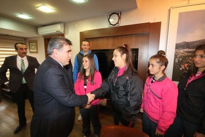 Başkan Özdemir'den Türkiye Şampiyonu Kızlara Altın Hediye