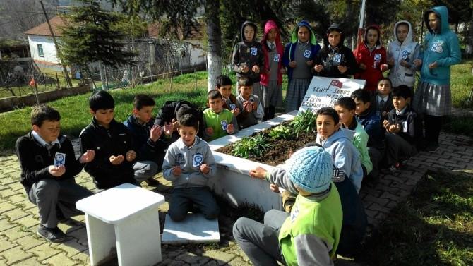 Öğrenciler Şehit Kabrini Ziyaret Etti