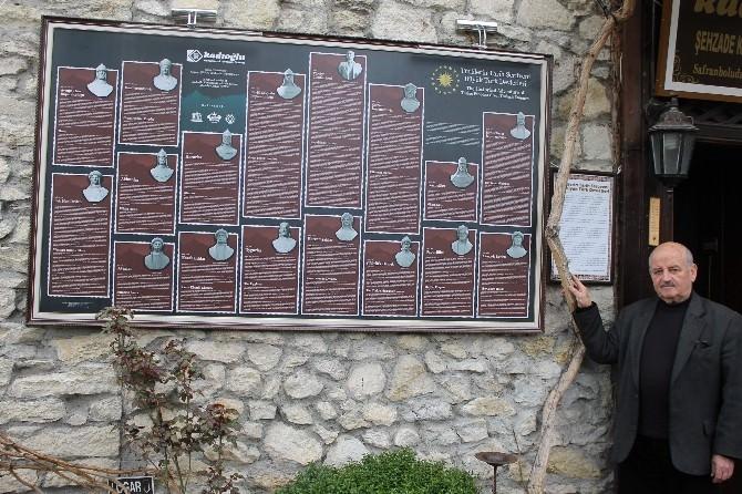 Türk Tarihini Turistlere Yaptırdığı Tablo İle Tanıtıyor