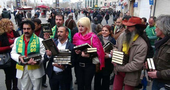 Taksim'de İbrahim Tatlıses için Kur'an-ı Kerim dağıtıldı