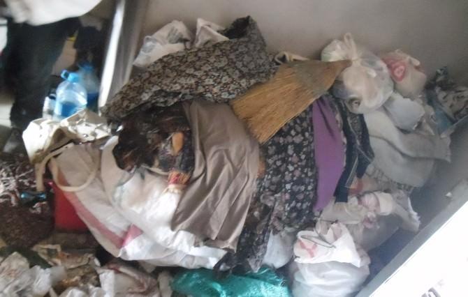 Bu Evden 15 Kamyon Çöp Çıktı