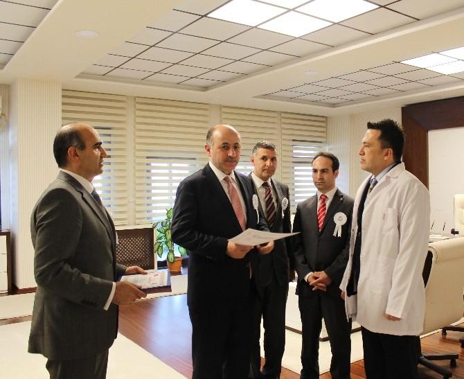 Vali Azizoğlu'ndan Yılın Doktorlarına Belge