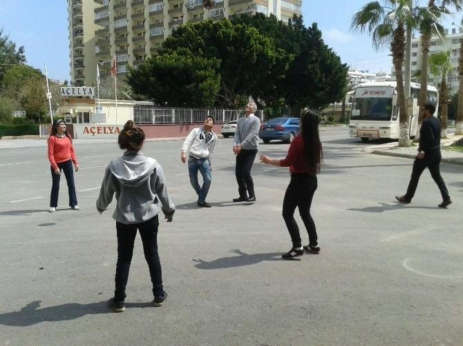 Başkan Tarhan Gençlerle Voleybol Oynadı