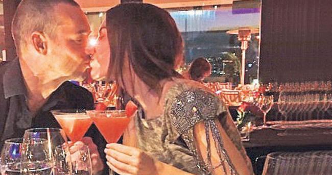 Sneijder'den eşi Yolanthe Cabau'ya sürpriz parti