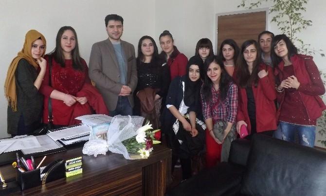 Öğrencilerden Hastalara Karanfil