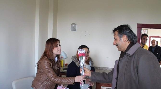 Aksoy, Sağlık Çalışanlarına Karanfil Dağıttı