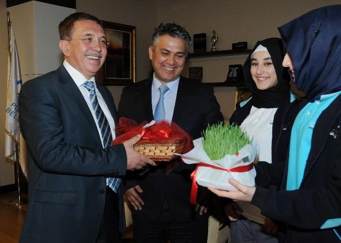 Öğrencilerden Başkan Çetin'e Nevruz Hediyesi