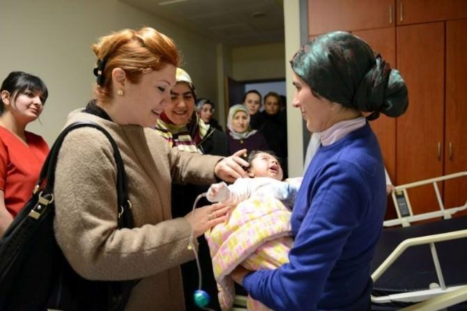 Vali Deniz'in Eşi Olcay Deniz, Devlet Hastanesinde Yatan Yaşlı Ve Çocuk Hastaları Ziyaret Etti