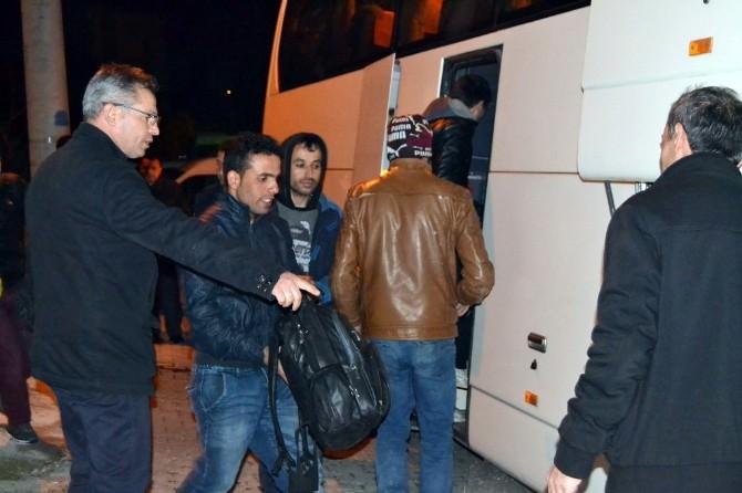 Dalgalardan Korkan Kaçak Göçmenler, Kendilerini İhbar Etti