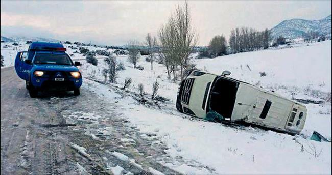 Minibüs devrildi: 1 çocuk öldü