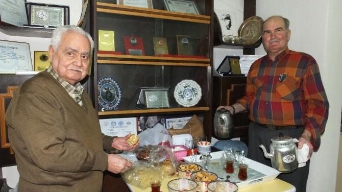 Burhaniye'de Mehmet Karabulut Koronun Çaycısı Oldu