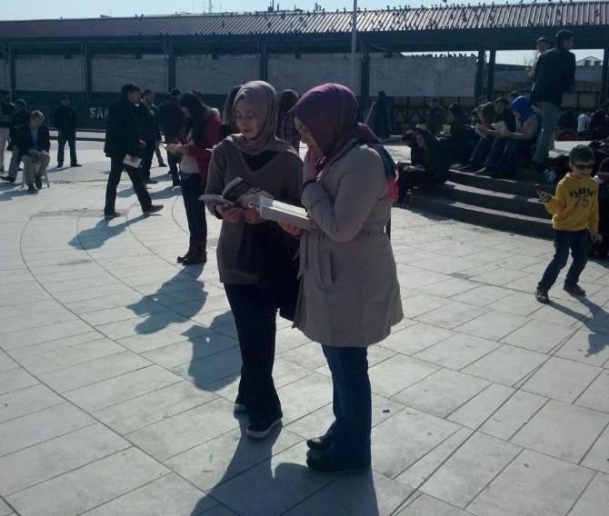 Öğrenciler Kent Meydanında Kitap Okudu