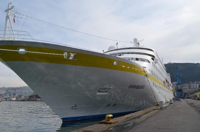 Bu Yılın İlk Kruvaziyer Gemisi Limana Demir Attı