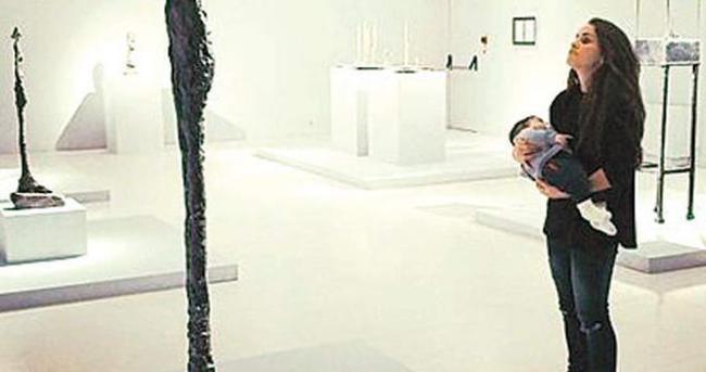 Aslı Tandoğan 3 aylık oğluyla müze gezdi
