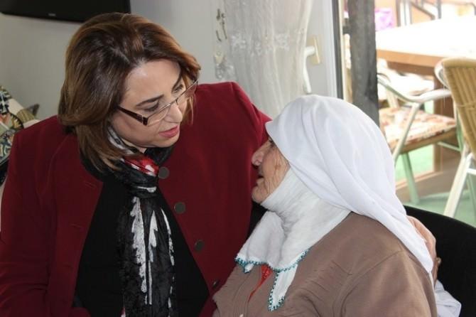 Aydın'da Öğretmen Ve Öğrenciler Yaşlıların Gönlünü Aldı