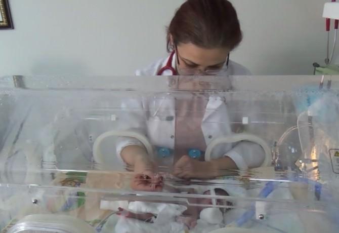 500 Gram Doğan Parmak Bebek, Yaşama Tutundu
