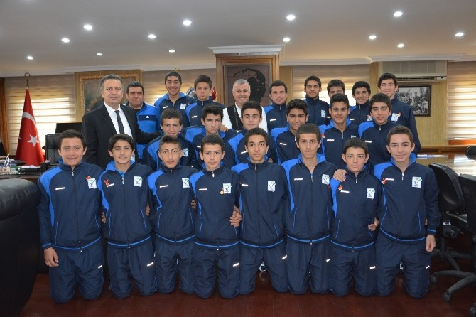 Başkan Şükrü Sözen'den Başarılı Sporculara Ödül