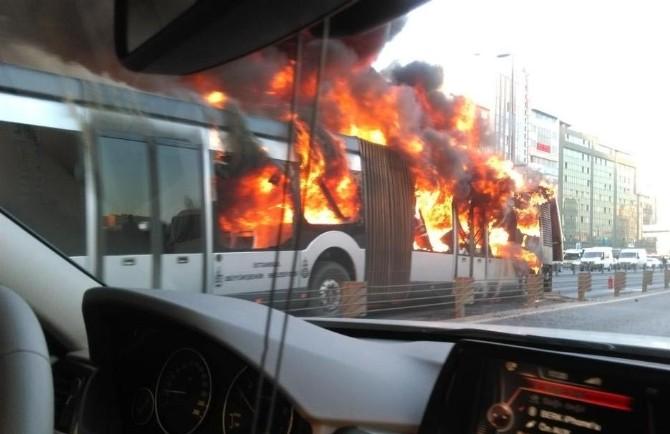 Metrobüs Alev Topuna Döndü
