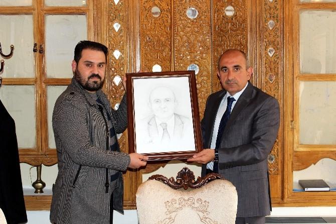 Suriyeli Ressam Başkan Kara'ya Karakalem Tablo Hediye Etti