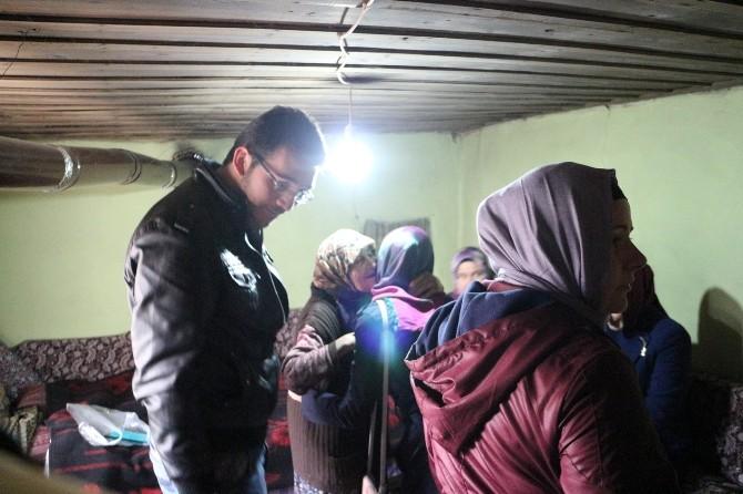 AK Partili Kadın Ve Gençler Yaşlıları Evlerinde Ziyaret Etti