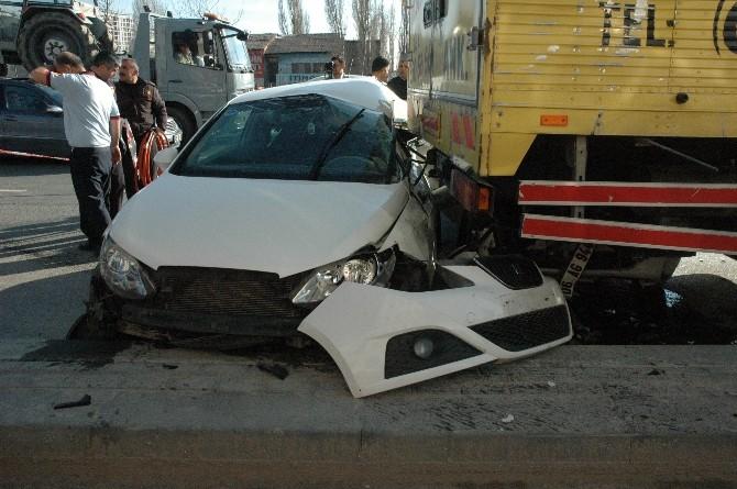 Ankara'da İki Otomobil Kamyona Çarptı: 2
