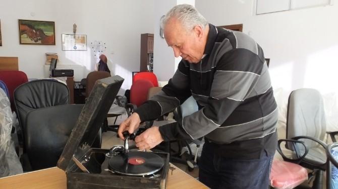 Burhaniye'de Asırlık Gramofondan Şarkı Türkü Dinleniyor