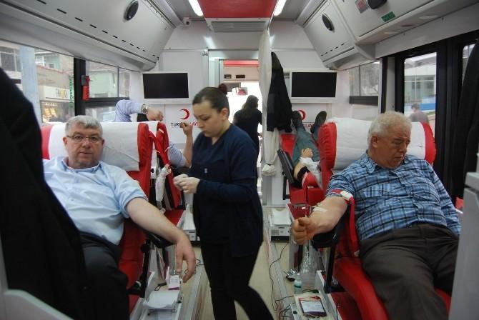 Malkara Sakinleri Kızılay Otobüsünde Kan Bağışladı