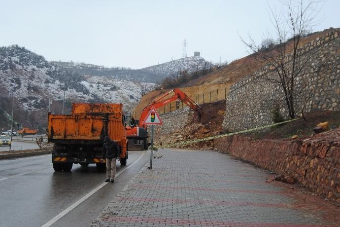Tunceli'de Hastaneye Giden Yolun Duvarı Çöktü
