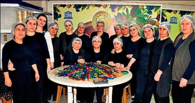 20 kadın 6 ton mesir hazırlıyor