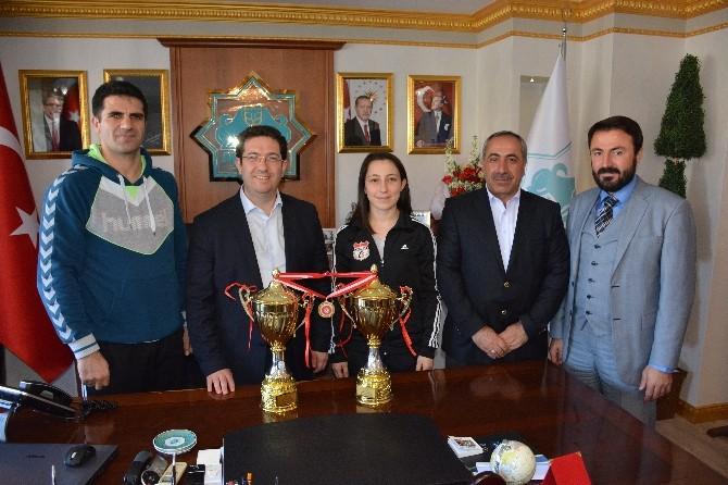 Belediyespor Oyuncuları Kupa Ve Madalyalarla Döndü