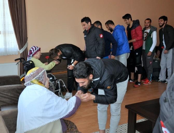 Bayburt Grup Özel İdare Spor'un Futbolcularından Huzur Evi Ziyareti