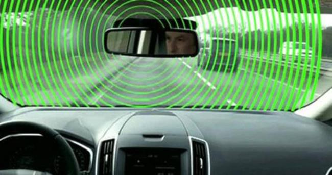 Hız limiti levhası görünce yavaşlayan otomobil